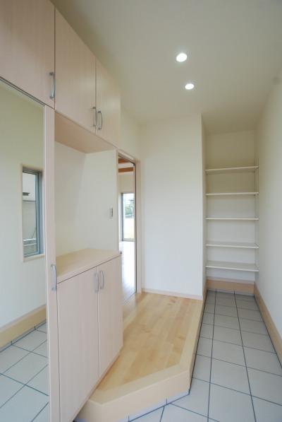 玄関の奥には土間収納のスペースが備わっています。