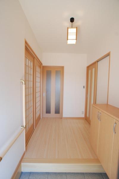 吉備中央町の平屋の家・手すりのある玄関