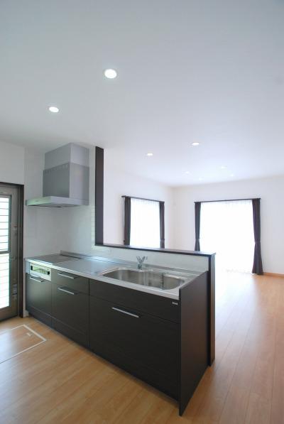 キッチンは木目調で色を統一し、落ち着いた配色です。