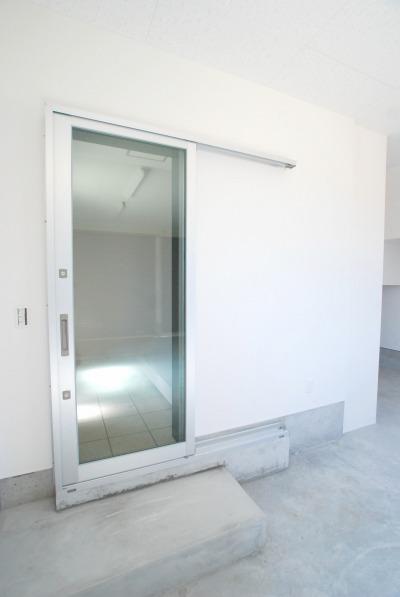 ガレージ側から玄関に出入りする扉です。ガレージ出入り口は玄関と直結しているので、アクセスと利便性の良い仕様です。