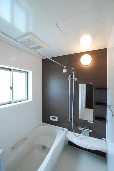 ダークブラウンのアクセントパネルの落ち着いた雰囲気の浴室です。
