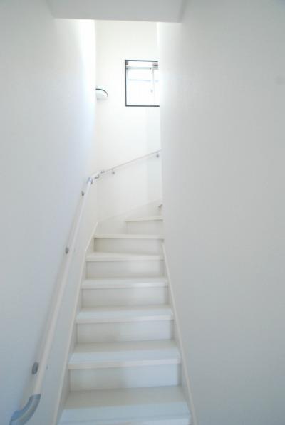 2階の住居スペースへと向かう階段。白で統一されています。