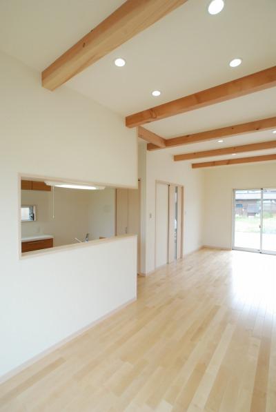 高めの天井に施された化粧梁と、無垢材を使用したリビングのフローリングは、開放的な空間です。