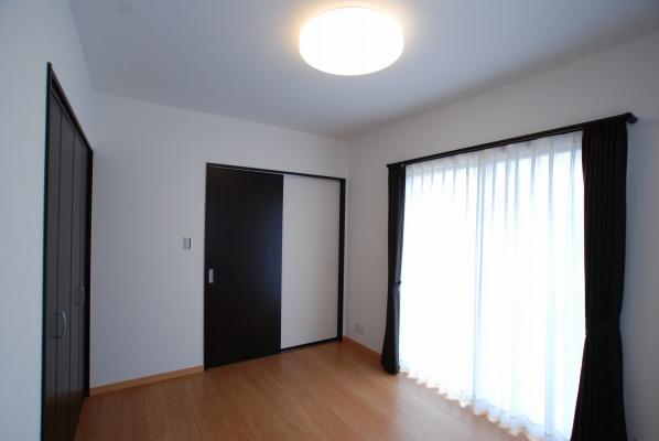 広くて明るい洋室、大きな収納もあります。