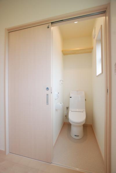 2階のトイレには引き戸を採用。窓から光が入り明るい空間です。