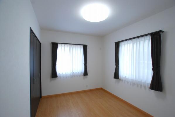 6畳の明るい寝室