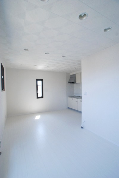 リビングの室内を白で統一し、差込む陽射しが眩しく反射して、光溢れる開放的な空間になりました。