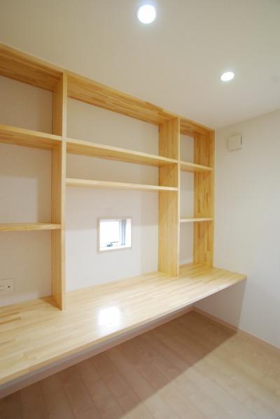 ご主人の書斎に設けられた、造作の本棚と机です。