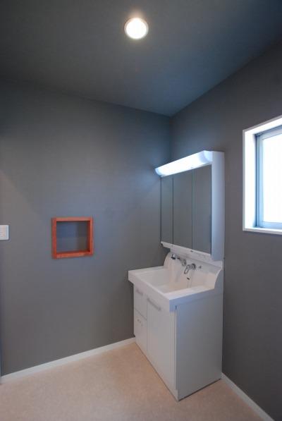 洗面室は壁の色を少し濃いものにしてアクセントをつけました。ニッチの棚もつけました。