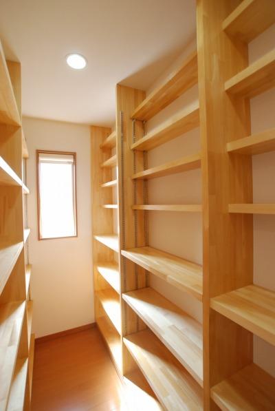 増えていく本を置く専用のスペースを造作しました。作りつけの本棚です。