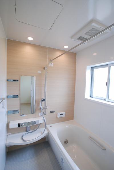 岡山 浴室には冷たさを感じにくいサーモフロアのユニットバスを採用し、換気乾燥暖房機も設置しました。ユニットバスのアクセントウォールはキッチンと同じ木目調で統一しました。