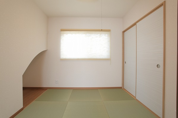 階段下に床の間のある和室