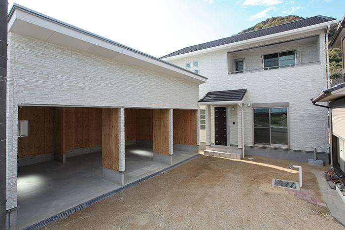 3台分の木造ガレージがある家