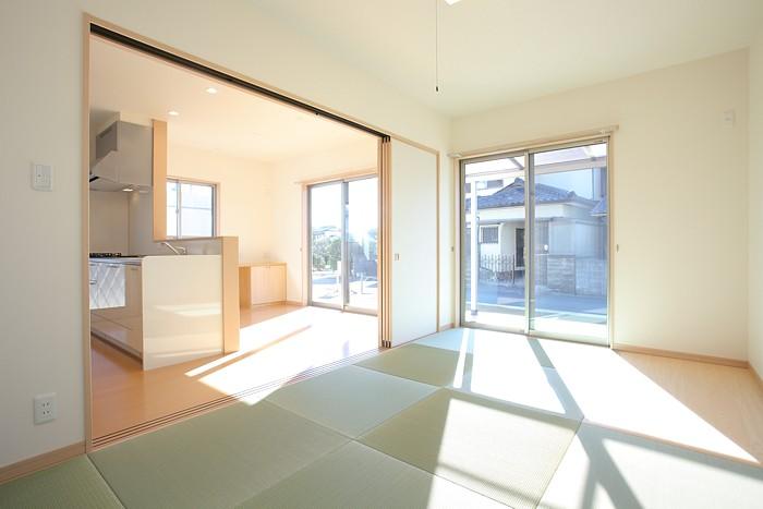 倉敷市 仕切れる畳敷きリビング18帖 切妻屋根の家