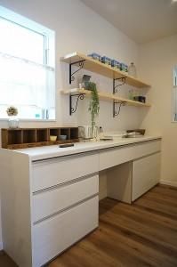 キッチンの背面には棚を。アイアンの棚受けをネットで購入し取り付けています。