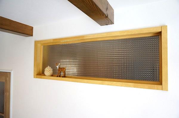 チェッカーガラスをネットで購入し、リビングと玄関の壁に入れています。