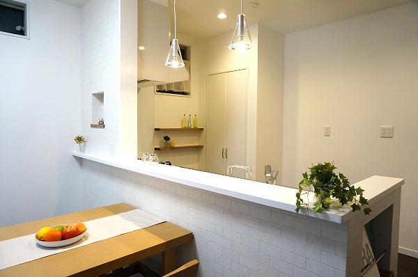 キッチンカウンターと背面収納。調味料を置ける棚も造作。