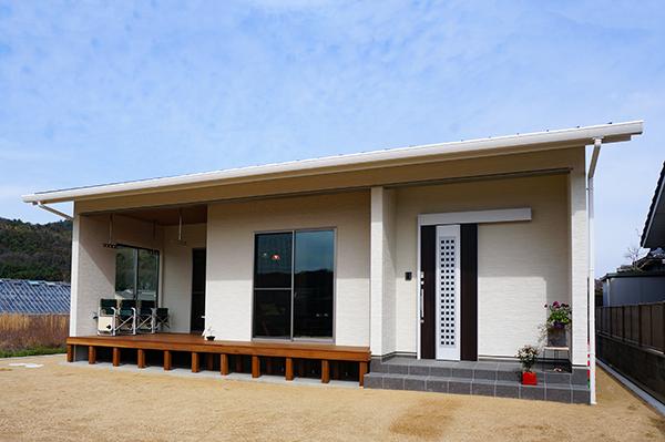 自然の素材を使った平屋の家