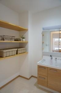 洗面所内に衣類やタオル、小物を置く棚や収納があると便利です。
