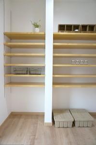 家事室内には、可動棚で上手に整理整頓ができます。