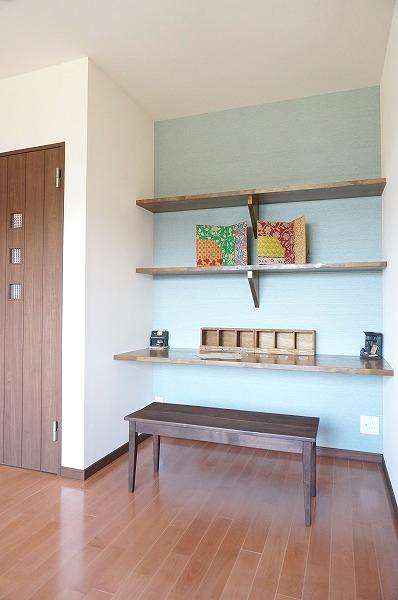 寝室内にある書斎スペース。パソコンやTVも置ける机と本などを置ける棚があります。